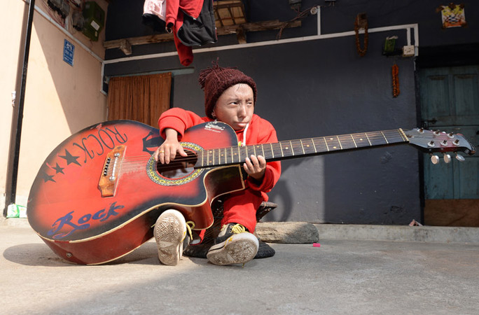 Shortest-man-living-mobile-with-guitar.jpg